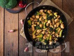 Вкусни пържени пилешки хапки от филе с броколи, соев сос, мед, чесън и горчица на тиган - снимка на рецептата